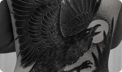 Большая татуировка вороны