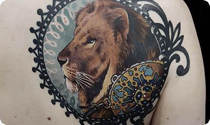 Цветная татуировка на лопатке