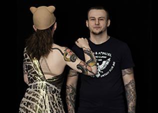 Девушка с татуировкой змеи