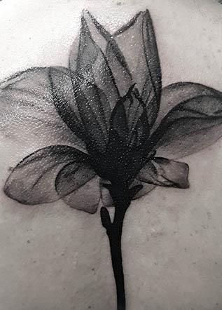 Черно белая тату цветок