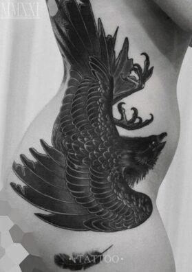 Черный ворон тату на боку