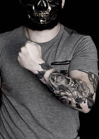 Мужская тату розы