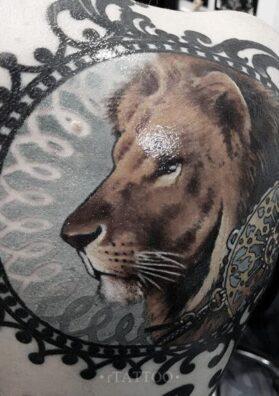 Тату лев и узор