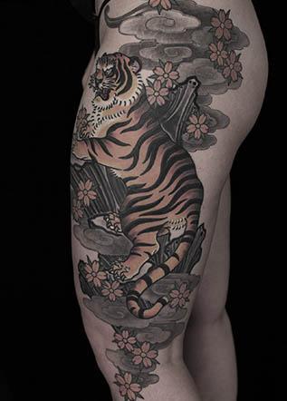 Тату на бедре тигр