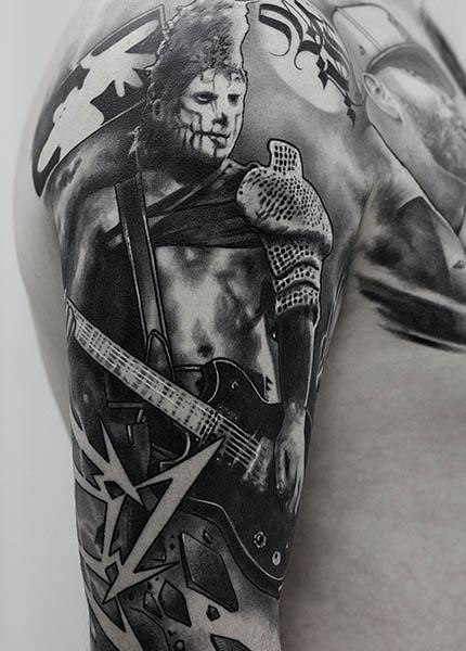 Тату на плече музыкант
