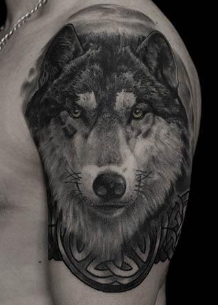 Тату на плече волк