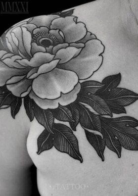 Тату цветок на груди