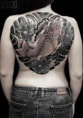 Татуировка карп на спине