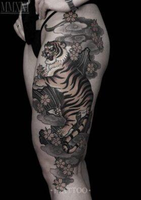 Татуировка тигр на бедре