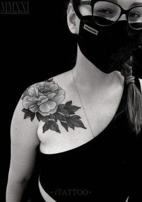 Цветок на груди