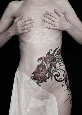 Женская тату лилии