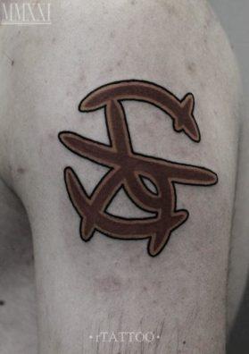 Тату символ на плече