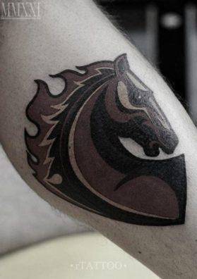 Татуировка конь на ноге орнамент